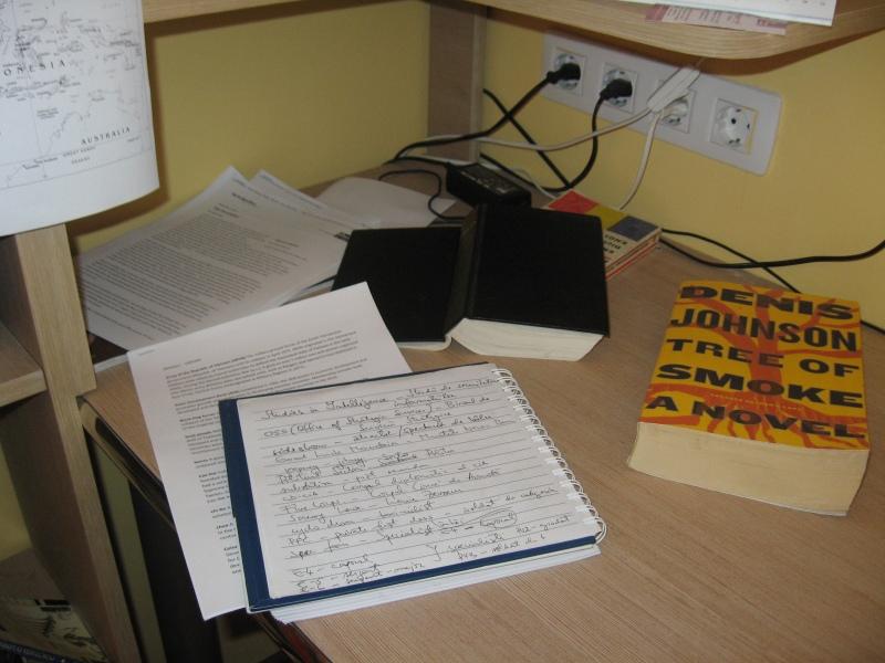 """Materialele ajutătoare. Nelipsita agentă cu notiţe, un glosar cu te miri ce legat de Războiul din Vietnam, Biblia (nelipsită şi ea), niscai recenzii despre carte şi -- desigur -- cartea însăşi: """"Tree of Smoke"""" de Denis Johnson"""