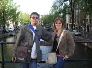 Acelaşi Amsterdam. Pe unul dintre sutele de poduri care traversează cei peste 100 km de canale.