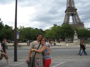 Ajunşi la Paris, am plecat într-un suflu la Turn. Era 14 iulie. Concert, focuri de artificii, bere la 10 euro.