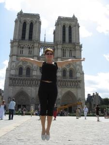 A doua zi, maratonul începe. Prima oprire: Notre-Dame. Linda a descoperit că poate levita şi-n Franţa. :)