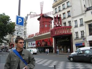 Ziua dinaintea plecării, în Pigale. În fundal, pentru curioşi, Moulin Rouge. The original.