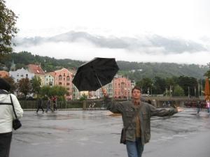 Ploios la Innsbruck, cum ne obişnuisem, de altfel, încă din Salzburg, la plecare. Cercul se închide.